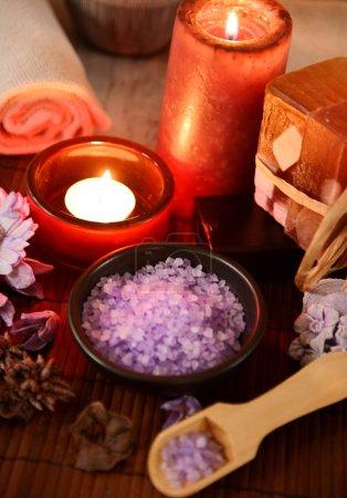 Photo pour Spa nature morte avec savon, sel de bain, crème, serviette, bougies - image libre de droit