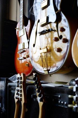 Photo pour Groupe de guitares en exposition - image libre de droit