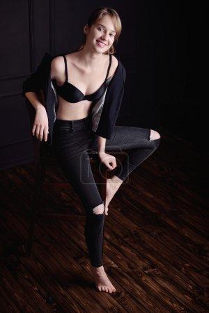 Photo pour Regard haute couture. portrait glamour du modèle élégant sexy belle jeune fille en noir - image libre de droit
