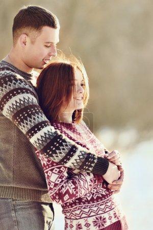 Photo pour Jeune couple amoureux en plein air - image libre de droit