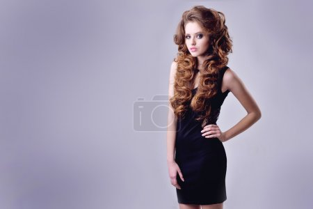 Photo pour Beau modèle avec de longs cheveux bouclés. image de tendance de la mode, la fille aux yeux bleus, maquillage de mode et boucles de coiffure - image libre de droit