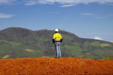 Photo pour Travailleur de la construction minière au sommet d'une montagne en Afrique - image libre de droit