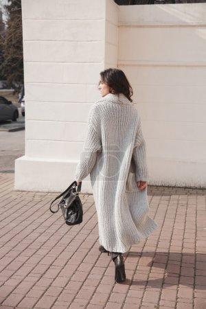 Photo pour Portrait de jeune femme portant des vêtements tricotés colorés. Extérieur, rue, style de vie. Concept de travail et de vie créative freelance . - image libre de droit