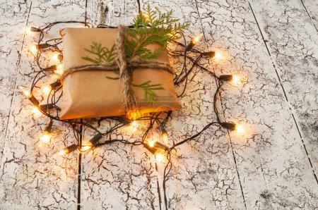 Photo pour Fond de Noël, cadeau et guirlande sur bois . - image libre de droit