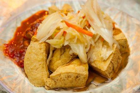 Photo pour Tofu puant frit au marché de rue nocturne (vegan) - image libre de droit