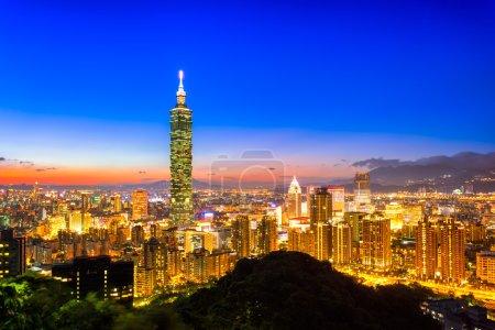 Photo pour Centre de Taipei la nuit, Taiwan - image libre de droit