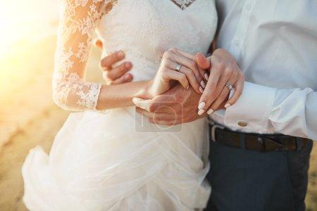 Photo pour Couple marié courant sur une plage de sable - image libre de droit