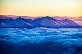 Nádherné ráno krajina s oblak inverze