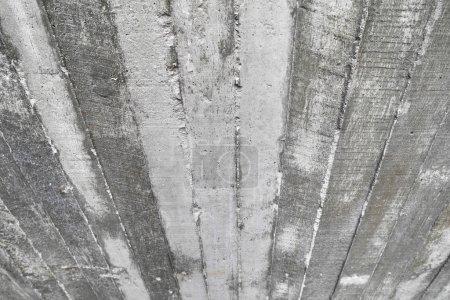Photo pour Texture des coffrages en bois gravé sur un mur de béton brut pour le fond - image libre de droit