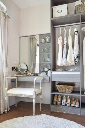 Photo pour Dressing style vintage avec chaise blanche classique et coiffeuse - image libre de droit