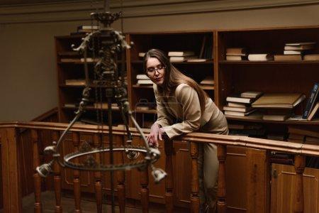 Photo pour Belle jeune femme élégante dans la bibliothèque vintage . - image libre de droit