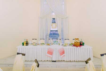 Beautyful head table for the newlyweds at bright luxurious wedding hall