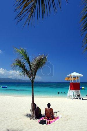 Photo pour Doctor's Cave Beach Club, Montego Bay (également connu comme Doctor's Cave Bathing Club) est l'une des plages les plus célèbres de Jamaïque depuis près d'un siècle - image libre de droit