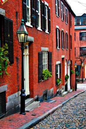 Photo pour Beacon Hill est un fascinant, au début du XIXe siècle avec des rues étroites. Les maisons en rangée sont presque tous en brique dans un style fédéral, victorien et géorgien. Ce National Historic District est exceptionnellement bien conservé, avec bien entretenu - image libre de droit