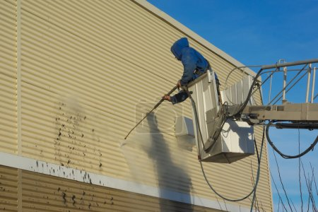 Cleaning a wall with a water jet pressure