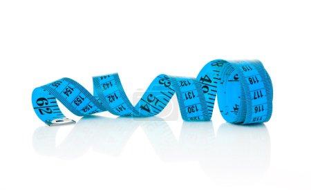 Photo pour Ruban à mesurer bleu sur fond blanc - image libre de droit