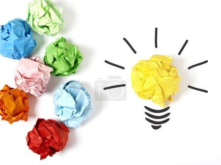 Photo pour Boule de papier formant une ampoule d'éclairage, fond blanc - image libre de droit