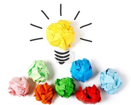 Photo pour Boule de papier formant une ampoule électrique, fond blanc - image libre de droit