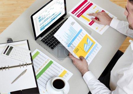 Photo pour Homme d'affaires analysant le rapport financier - image libre de droit
