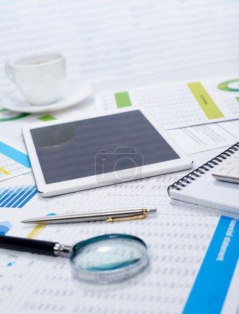 Photo pour Tablette sur bureau et documents financiers - image libre de droit