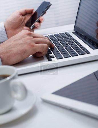 Photo pour Homme d'affaires travaillant sur ordinateur portable au bureau - image libre de droit