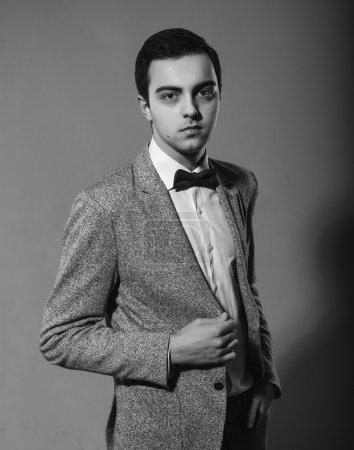 Photo pour Homme élégant de haute couture dans la veste en studio portrait noir et blanc en studio - image libre de droit