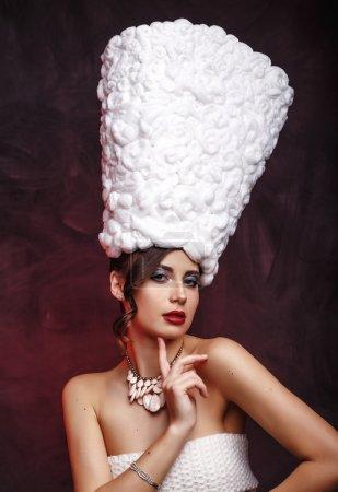 Photo pour Beauté mode modèle fille en manteau de fourrure. Magnifique hôtel hiver femme - image libre de droit