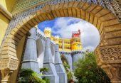 Pena palace, Sintra, Portugalsko, pohled přes vstupní oblouk