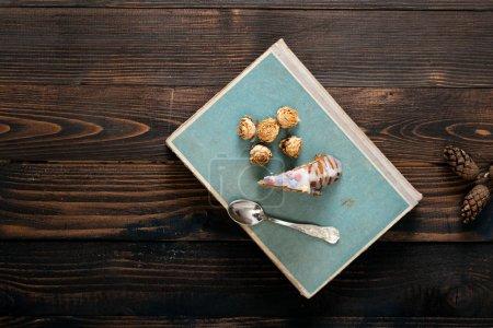 Photo pour Morceau de gâteau kouglof sur table en bois. Mise au point sélective et faible profondeur de champ. - image libre de droit