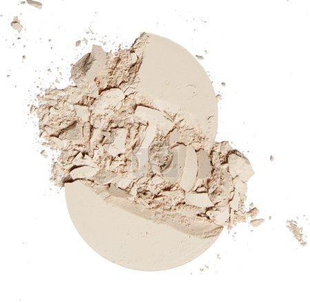 Photo pour Poudre naturelle émietté sur fond blanc - image libre de droit