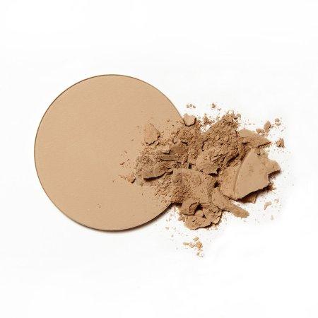 Photo pour Poudre naturelle cassée maquillage émietté sur fond blanc - image libre de droit