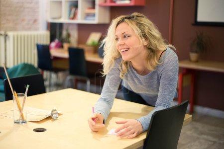 Photo pour Jeune fille souriante est un employé de bureau, ou un étudiant - image libre de droit
