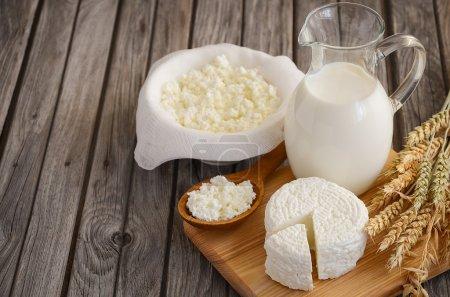 Produits laitiers frais. Lait et fromage cottage avec du blé sur le fond rustique en bois .