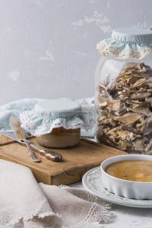 Photo pour Récolte de champignons séchés dans un bocal - image libre de droit