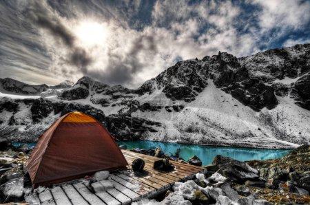 Photo pour Camping en amont du lac turquoise mountain et de la neige des montagnes enneigées - image libre de droit