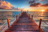 Západ slunce nad mořem pier