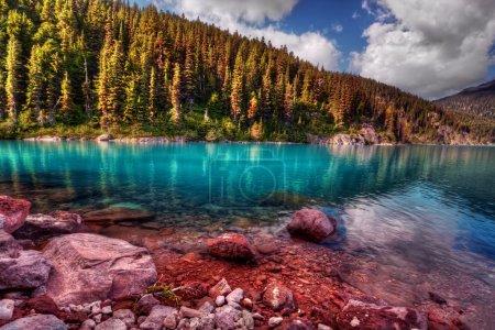 Photo pour Lac de montagne avec un reflet parfait, différentes nuances de bleu - image libre de droit