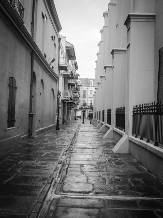 Photo pour Image en noir et blanc d'une ruelle du quartier français de la Nouvelle-Orléans avec des lampadaires - image libre de droit