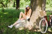 Dívka pózuje v parku