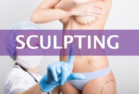 Photo pour Technologie, internet et le réseautage dans le concept de médecine - médecin appuie sur bouton sculpter sur écrans virtuels. augmentation mammaire cosmétique de chirurgie, de levage et de cancer du sein. - image libre de droit