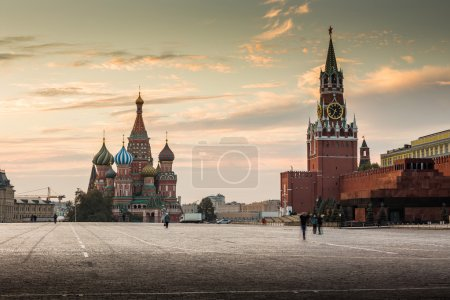 Red square and St. Basil's Cathedral in Moscow at ...