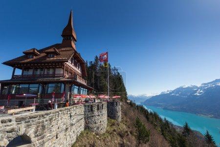 Photo pour Belle vue sur la rivière et la maison à Interlaken, Suisse - image libre de droit
