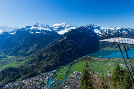 Photo pour Beau panorama des montagnes et du paysage lacustre à Interlaken, Suisse - image libre de droit