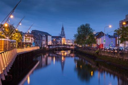 Photo pour Feux du soir sur la rivière Lee à Cork City en Irlande - image libre de droit