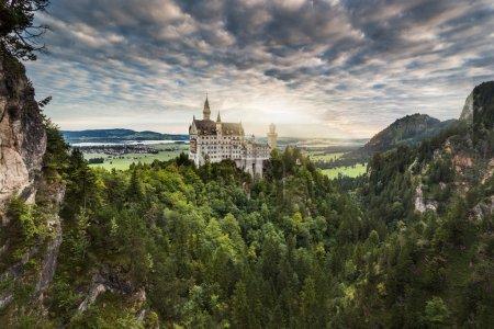 Photo pour Beau château Neuschwanstein entre collines verdoyantes en allemand - image libre de droit
