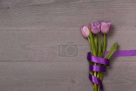 Photo pour Tulipes festives pour carte de vœux avec place pour le texte.Post blog médias sociaux 8 mars. Vue d'en haut avec espace de copie . - image libre de droit