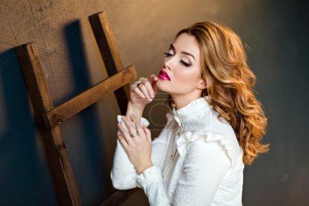 Photo pour Portrait d'une belle fille sensuelle aux cheveux roux glamour dans un chemisier blanc, dans le studio sur un fond sombre, fermer les yeux fermés - image libre de droit