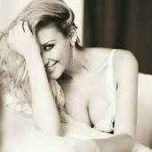 Krásná sexy mladá blondýna s opuchlé prsa úsměvy