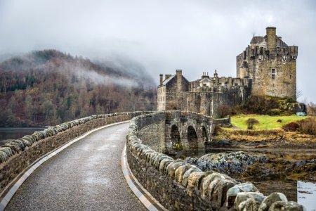 Photo pour Beau paysage dans les Highlands en Écosse et The Eileen Donan castle - image libre de droit