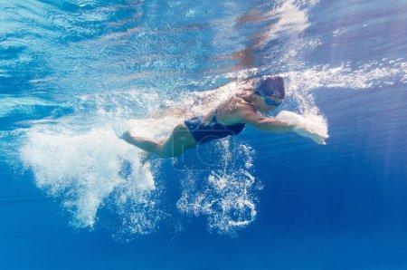 Photo pour Image sous-marine d'une jeune nageuse en mouvement - image libre de droit